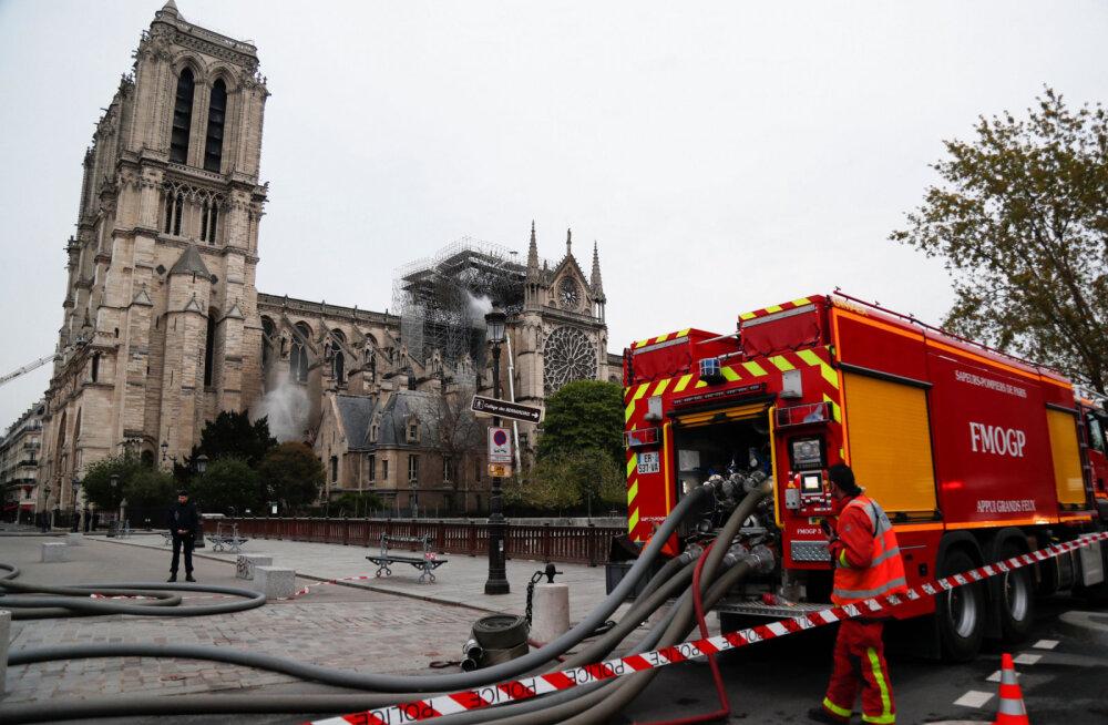ФОТО: Пожар в соборе Парижской Богоматери полностью потушили. Что удалось спасти?