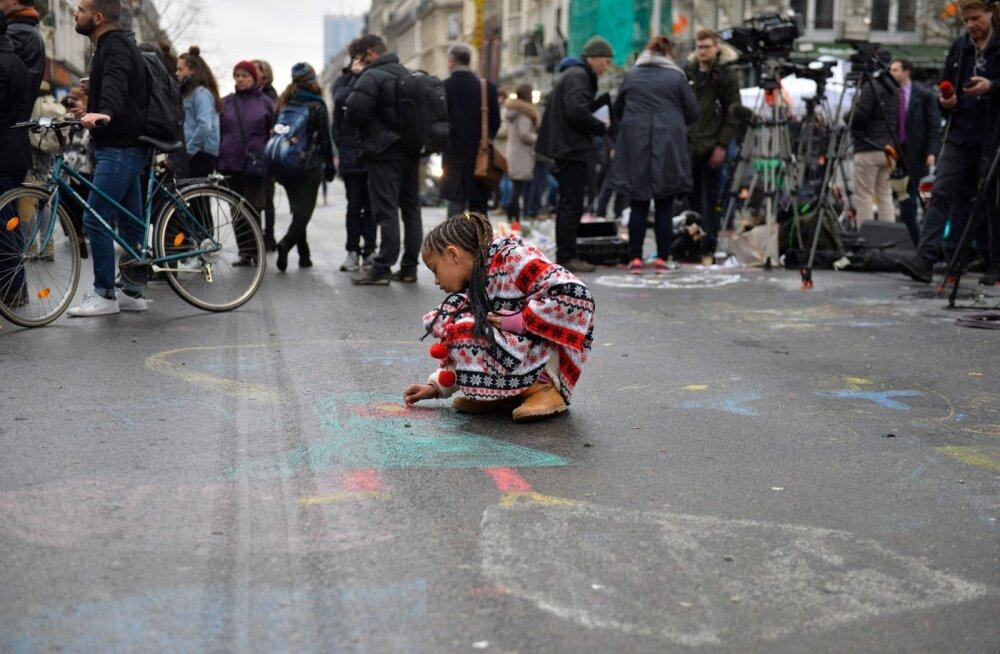 Brüssellased ei näita oma tundeid välja, vaid kujutavad neid paberil ja ka asfaldil.