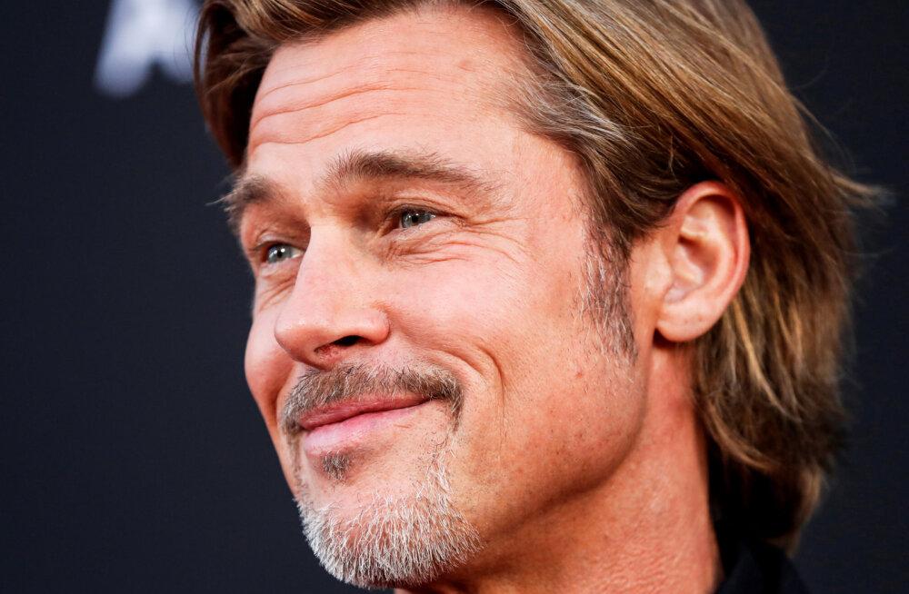 KLÕPS | Üksildane paparatsode eest maskeerunud Brad Pitt kallistab oma vanemaid