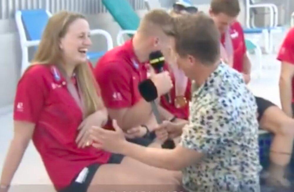 VIDEO | Lõbus apsakas! Reporter üritab basseinis sportlasi intervjueerida, kuid äkki juhtub midagi ootamatut