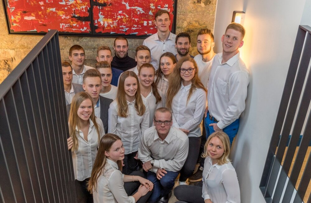 Eesti ujumiskoondislased ja ees keskel nende uus peatreener Janno Jürgenson