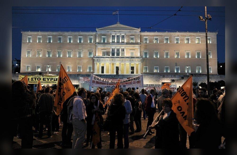Kreeka parlament kiitis heaks 15 000 riigiteenistuja töölt vabastamise