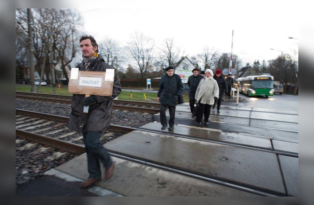 FOTOD ja VIDEO: Veerenni elanikud protestisid raudteeülesõidu sulgemise vastu