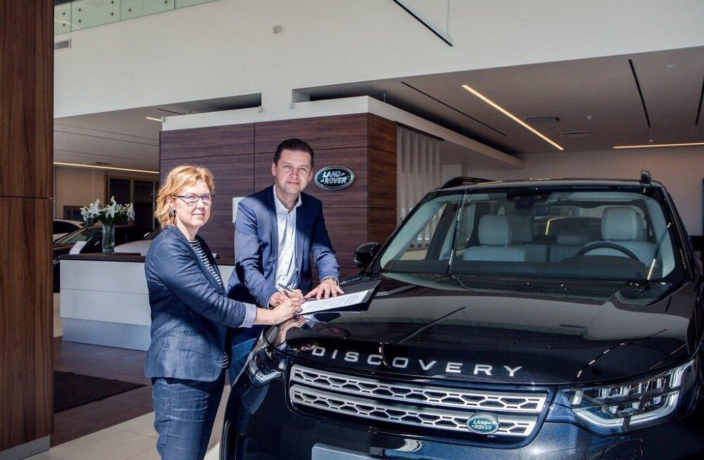 Eesti Ratsaspordi Liidu peasekretär Riina Pill ja Inchcape Motors Estonia tegevjuht Andres Aguraiuja.