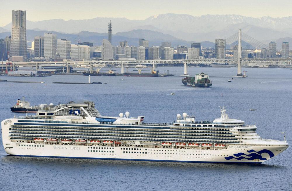 В Японии круизный лайнер помещен на карантин из-за коронавируса