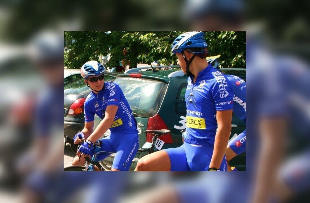 Oskar Nisu (paremal), jalgratas