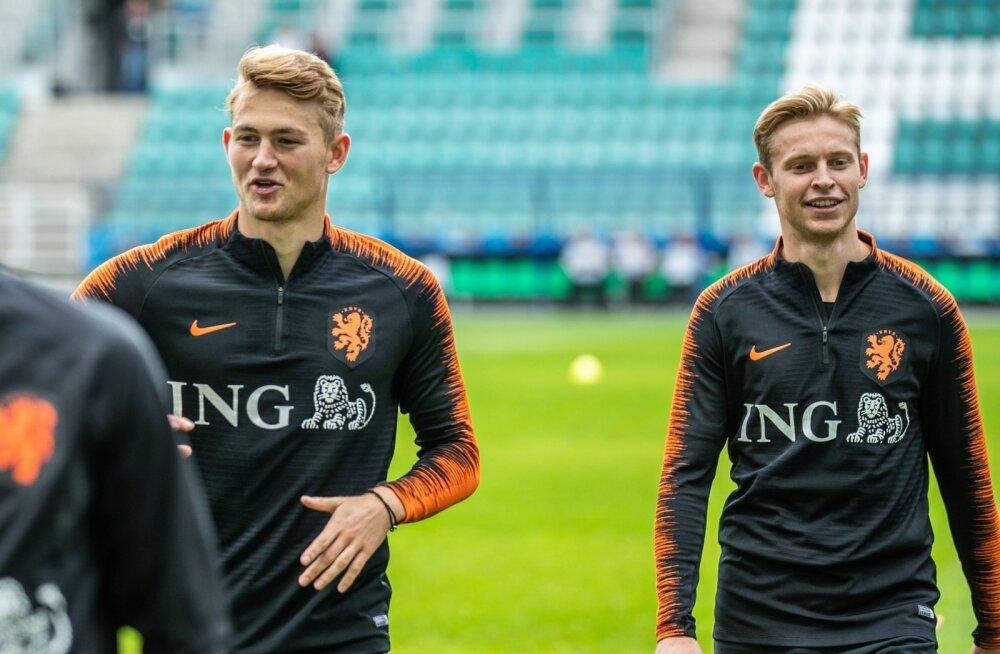 Hollandi vutikoondise tähed Matthijs de Ligt ja Frenkie de Jong nautisid mängueelset treeningut, mis oli tavatult täies ulatuses meediale avatud. Eesti trenni said piltnikud-ajakirjanikud jälgida 15 minutit.