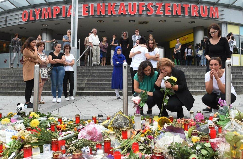Leinajad eile Müncheni ostukeskuse juures, kus Saksa-Iraani päritolu noormees tappis reedel üheksa inimest ja enda.