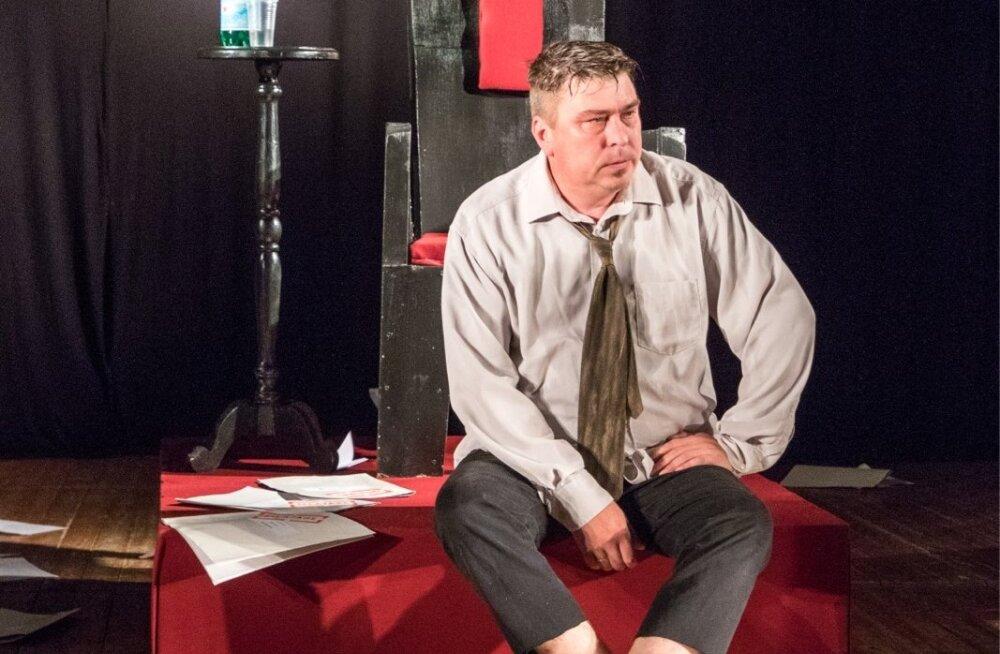 """Pajusi teater tõi lavale lühendatud versiooni tükist """"Operatsioon """"Linnapea"""""""". Linnapea rollis Taimar Pikkat."""