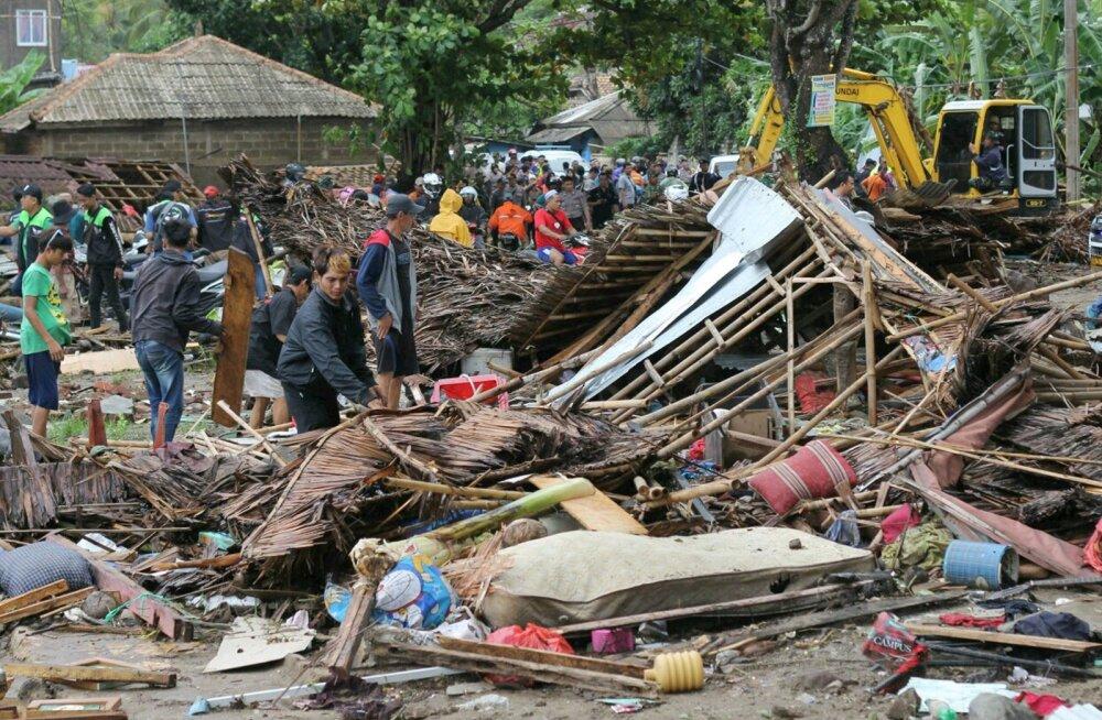 ФОТО: В результате цунами в Индонезии погибли более 220 человек