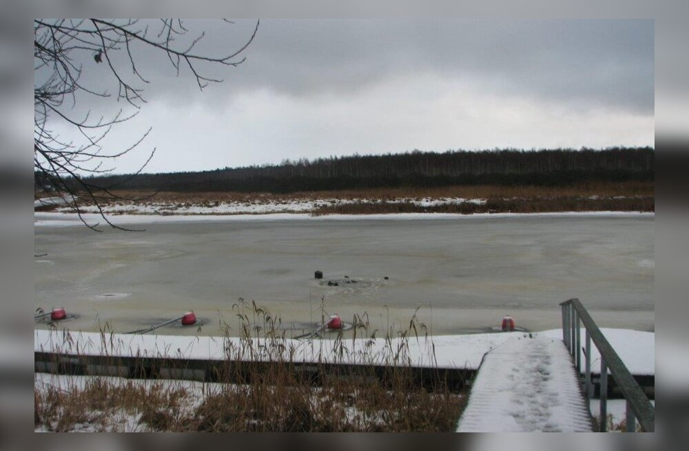 ФОТО: В Валгаском уезде рыбаки из Латвии провалились под лед, один утонул