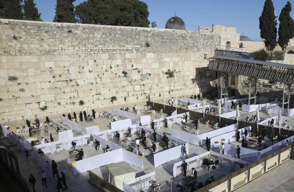 ФОТО | У Стены Плача в Иерусалиме власти оградили и разделили молитвенные зоны для верующих и туристов