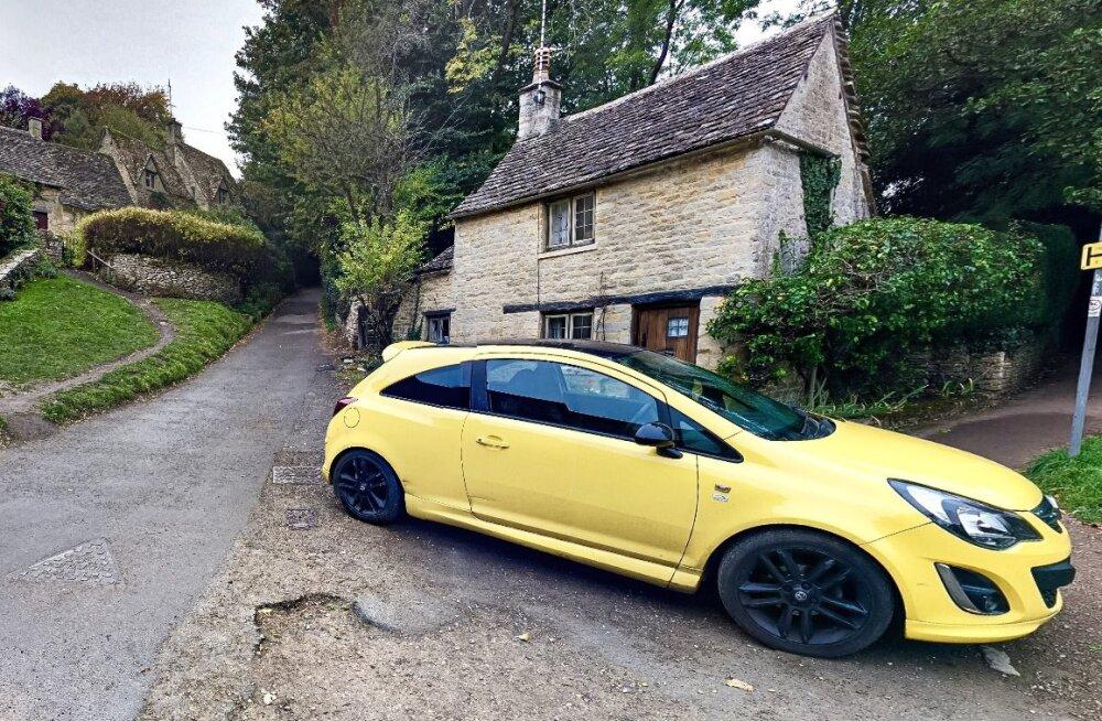 Paks pahameel: briti pensionär rikkus oma uue kollase autoga kuulsa ajaloolise külavaate