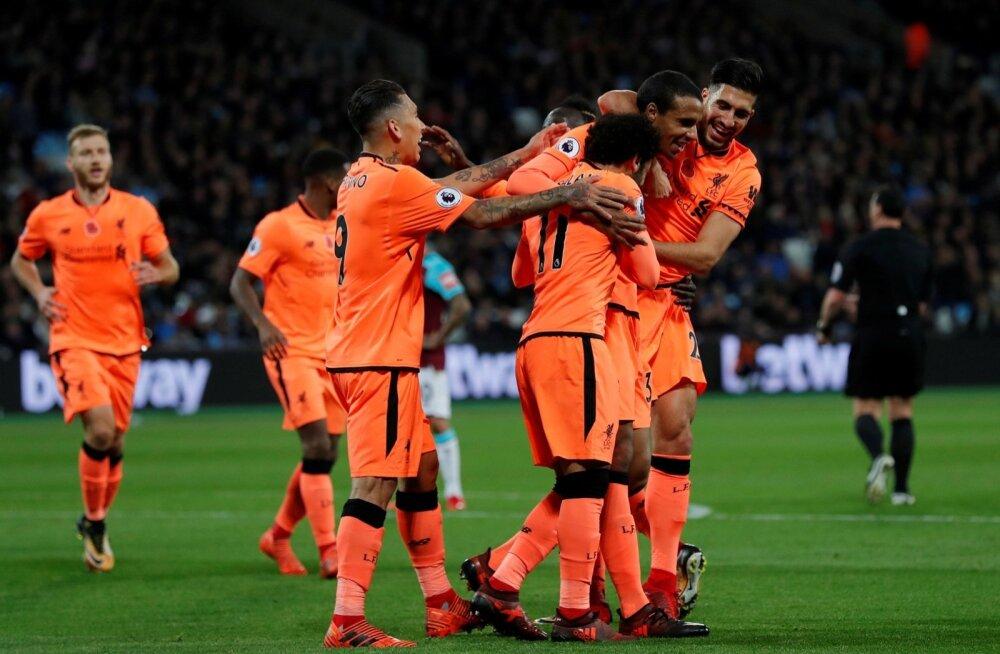 Liverpooli mängijad tähistavad väravat