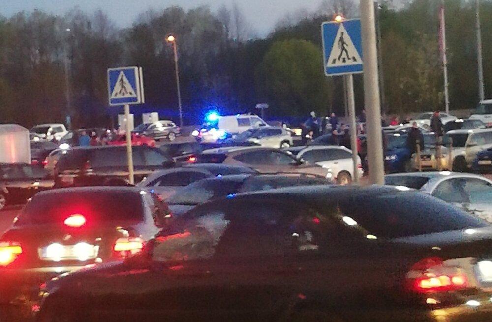 ФОТО   Стритрейсерам наплевать на запреты! На парковке центра Ülemiste собралась большая компания с сотней машин