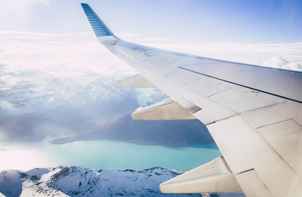 """Пассажиры самолета девять часов летели """"в никуда"""" из-за разбитого лобового стекла"""