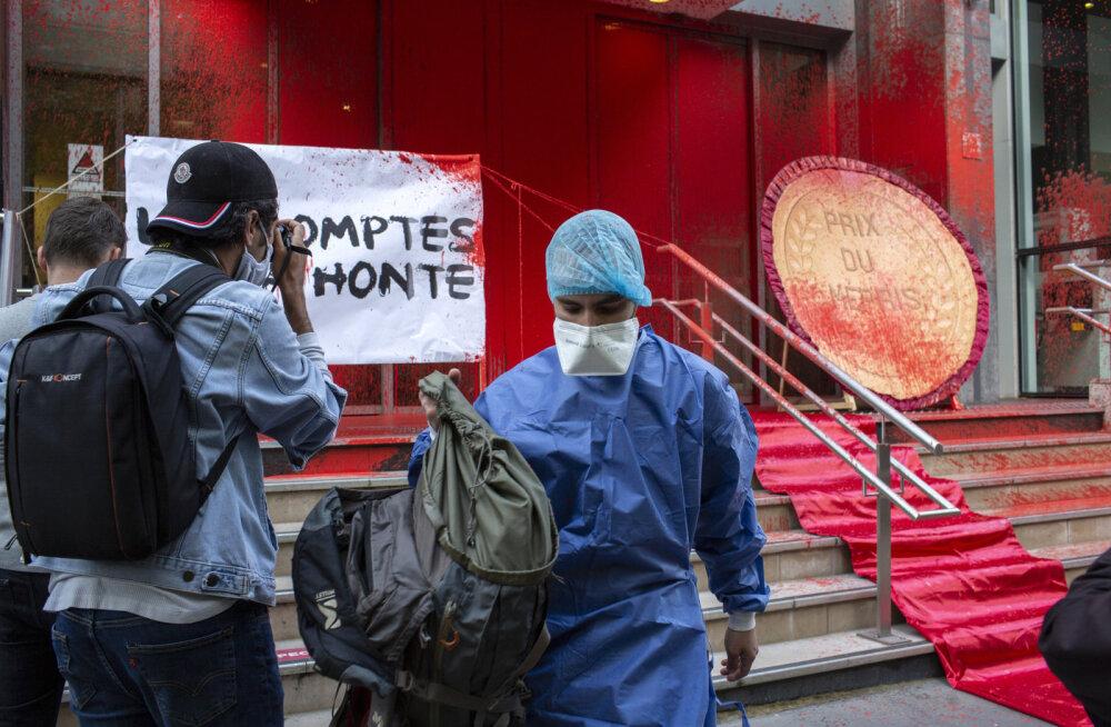 FOTOD | Prantsusmaa protesteerijad valasid tervishoiuministeeriumi fassaadi üle punase värviga