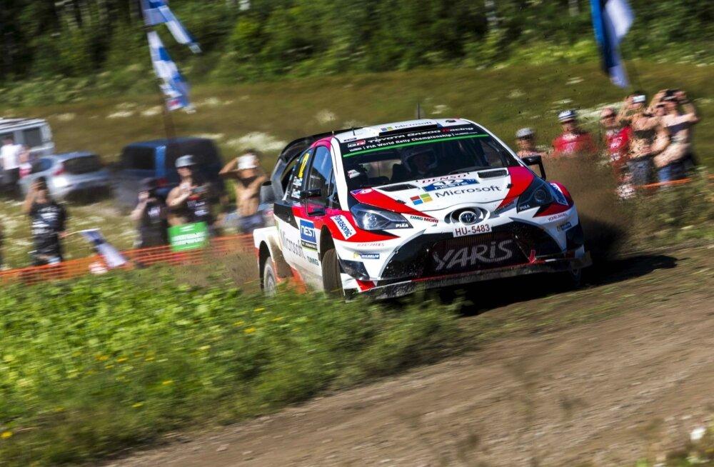 Esapekka Lappi kihutamas Toyota Yarise WRC-autoga.