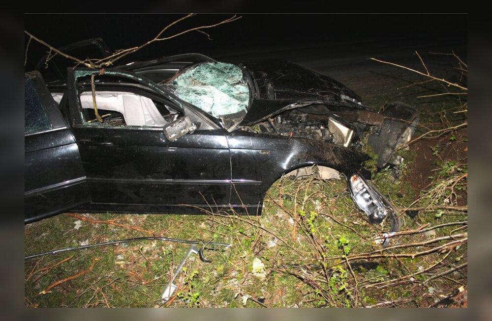 Laulasmaal hukkus teelt välja kihutanud BMW-s noor mees