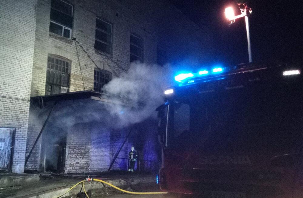 LUGEJA VIDEO | Tallinnas Sitsi kandis põles mahajäetud tööstushoone