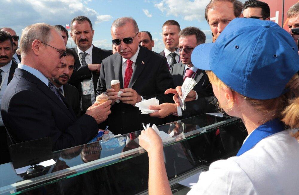 ВИДЕО | Случайное совпадение? Путин купил на МАКСе мороженое у той же продавщицы, что и два года назад