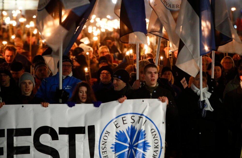 """ФОТО: """"Eesti eest!"""" В факельном шествии EKRE в центре Таллинна приняли участие тысячи человек"""