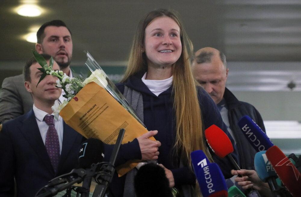 """Из Барнаула в США с любовью и обратно: признавшая вину """"агент влияния"""" Мария Бутина вернулась в Россию"""