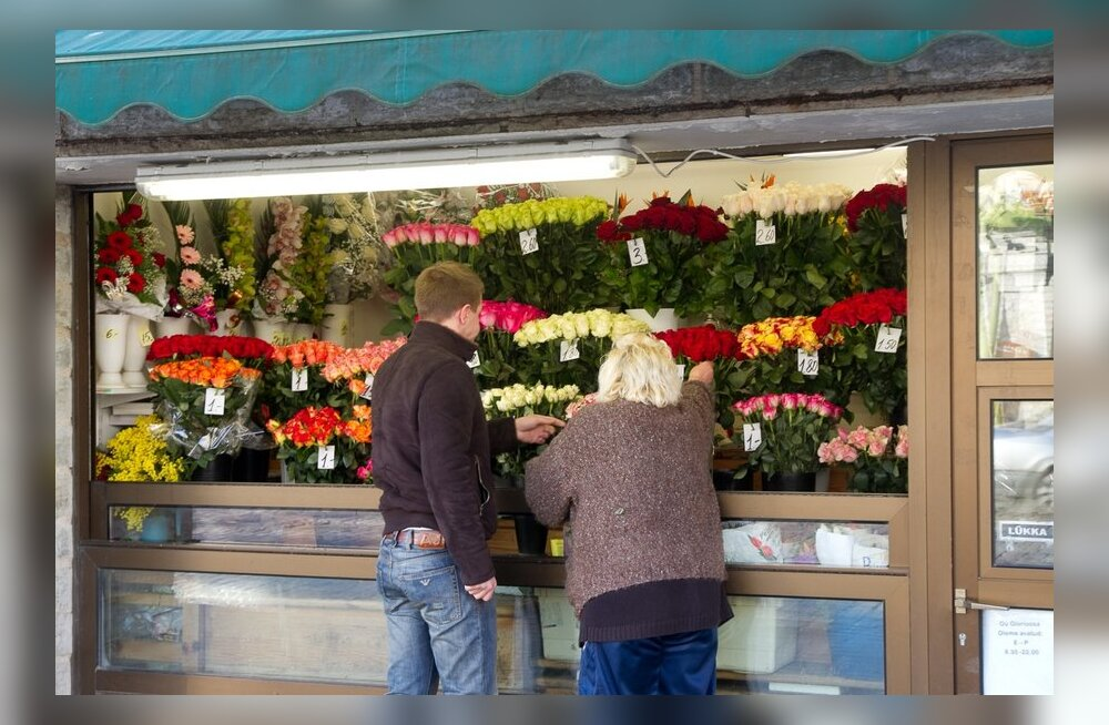 Курянин украл 20 тысяч у посетителя цветочного магазина и купил на них букет