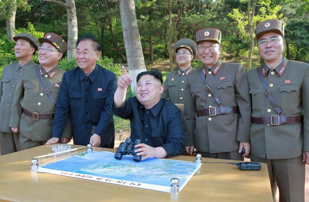 Näe, lendab! Kim Jong-un imetleb raketikatsetust kindralite keskel.