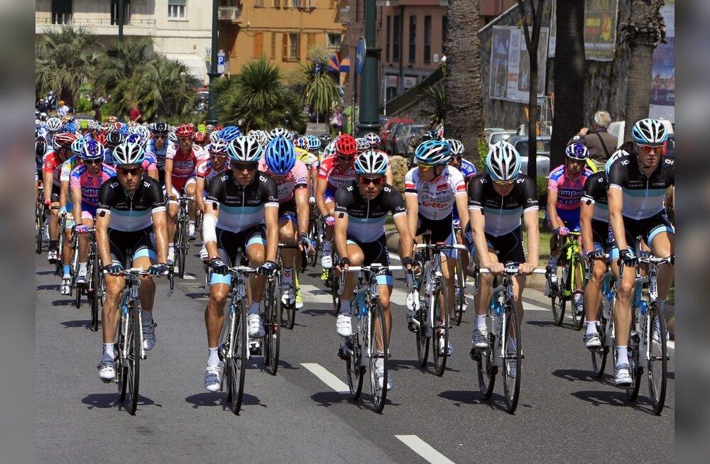 Hukkunud belglase meeskond jättis Giro d'Italia pooleli