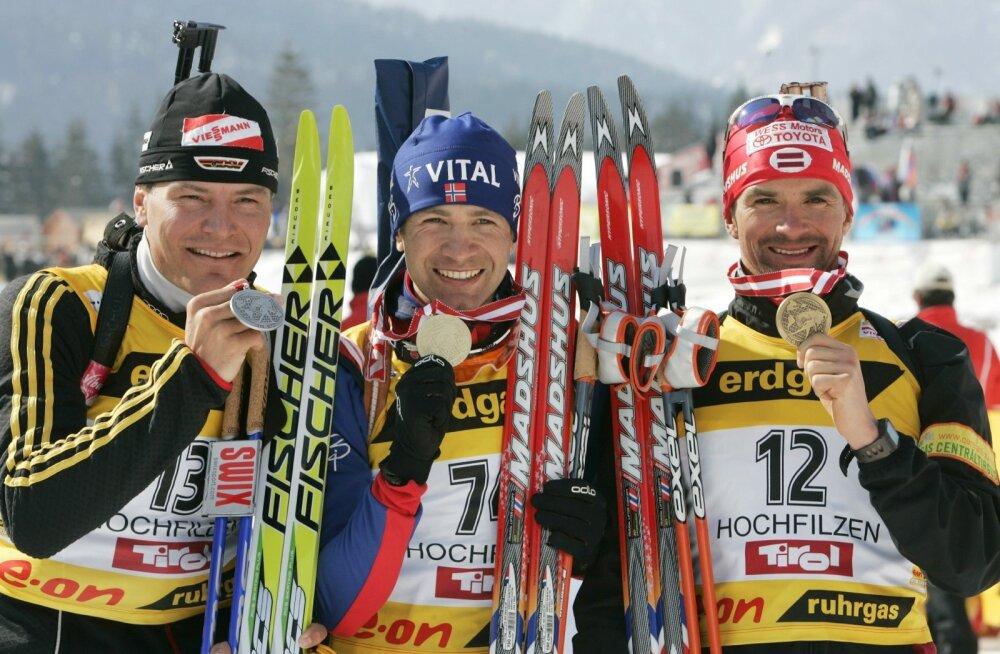 Sven Fischer (vasakul) MM-medalit presenteerimas.