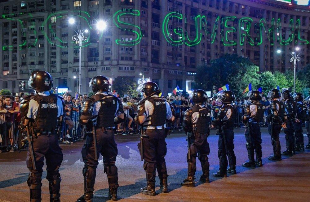 """Laupäeva öösel toimus Rumeenia pealinnas Bukarestis valitsusvastane meeleavaldus. Laseriga on majaseinale kirjutatud: """"Maha valitsus!"""""""