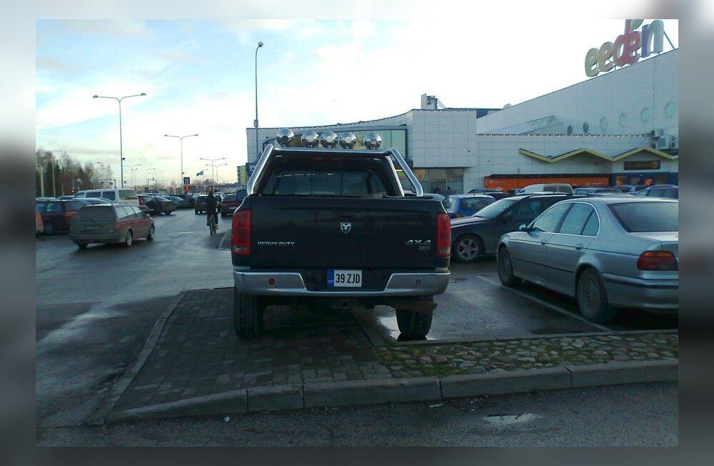 Kõnniteel parkiv Dodge Ram 2500