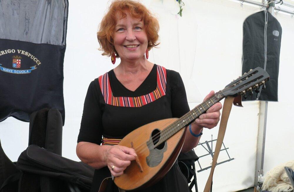 """Talunike hea tuttav, asendusteenistuse alusepanija ja nõustaja Riina Kaldaru on kiindunud mandoliinimängu ja 50-pealine orkester """"Saku mandoliinid"""" esines ka rahvamuusikapeol."""