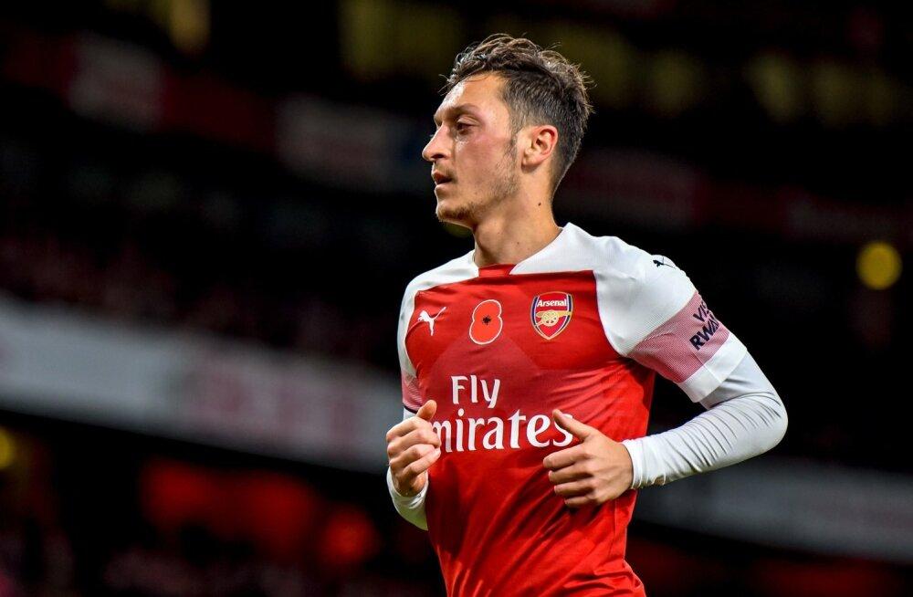 Mesut Özil Londoni Arsenali särgis.