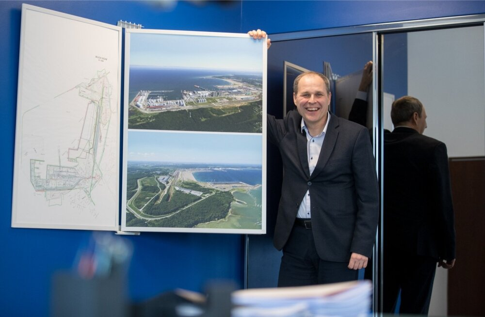 Tallinna Sadama juht Valdo Kalm näitab Muuga sadama plaani, kuhu ehitatakse Rail Balticu tähtsaim kaubajaam.