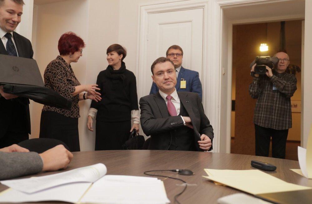 FOTOD: Endine peaminister läks riigikogu korruptsioonikomisjoni aru andma