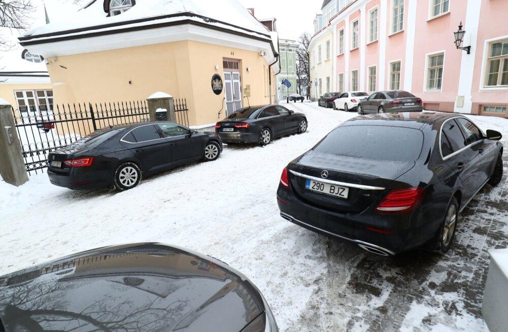 KLÕPS | Hirmkallid Mersud, Audid... ja üks rahvaauto. Millisele ministrile kuulub tagasihoidlik Škoda?