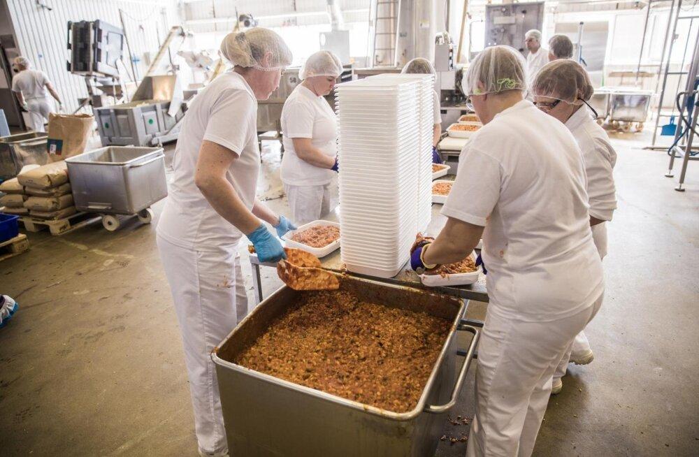 Laulupeoseljanka pakitakse Põltsamaa tehases kolme kilo kaupa plastkarpidesse.