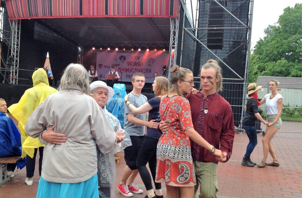 PÄEVAPILT | Vaatamata vihmale võeti Viljandi folgil tants üles