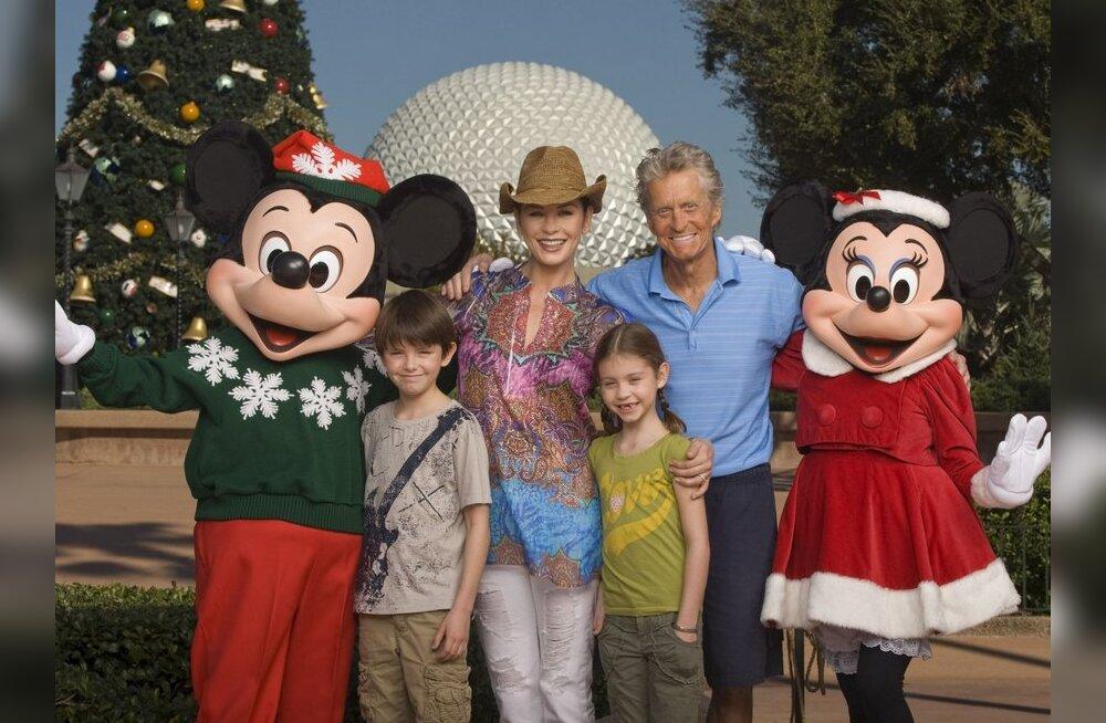 Michael Douglas on paranemas ja veetis perega päeva Disneylandis