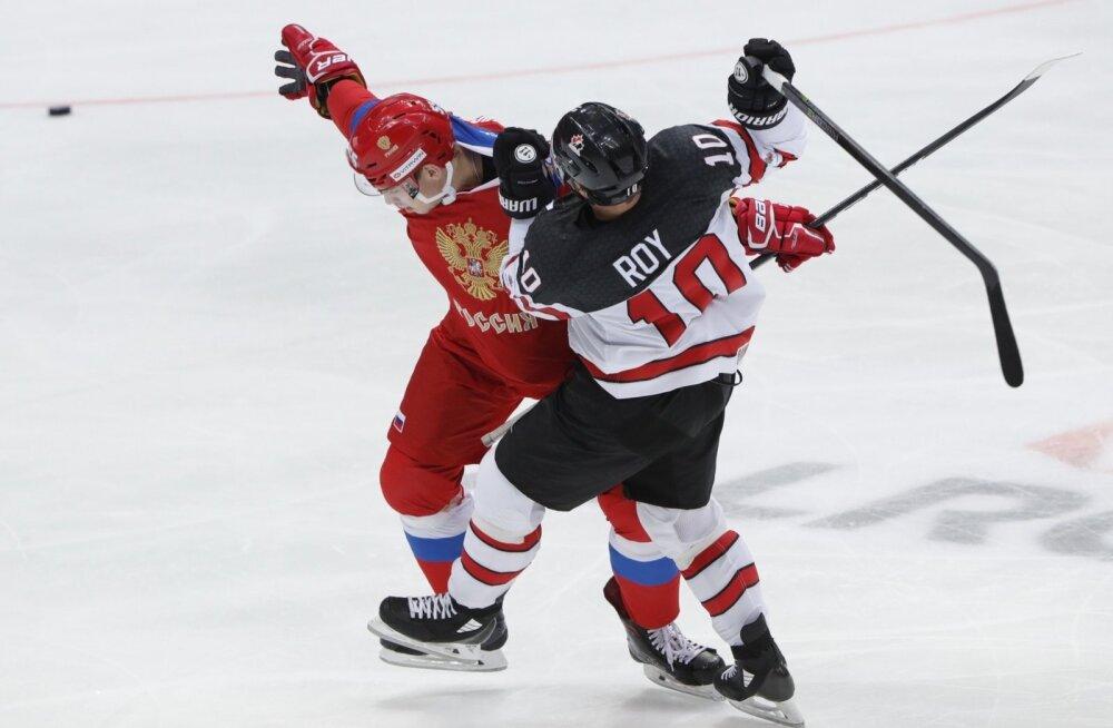 Derek Roy (paremal) Kanada koondise särgis Euro Hockey Touri mängus.
