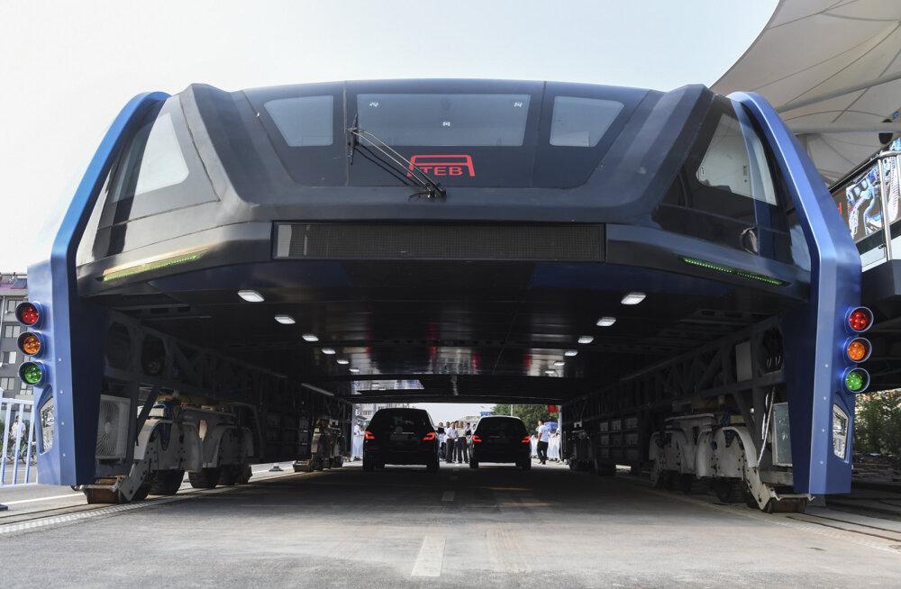 PILDID JA VIDEO: Maailma kõige veidram buss saabus linnatänavaile