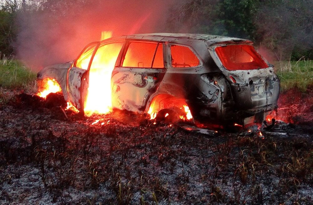 FOTO: Autopõlengu käigus plahvatanud rehvid ja kütusepaak süütasid maapinna