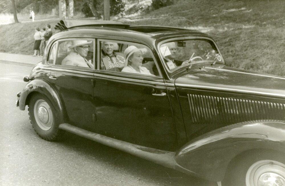 1965. aasta Tartu laulupeol sõidutas minu abikaasa Arnold Petti oma autoga (1939. aasta Mercedes-Benz) laulupeo peadirigendi lauluväljakule. Esiistmel Gustav Ernesaksa abikaasa Stella, taga Richard Ritsing ja Gustav Ernesaks. Foto saatis Urve Lindmaa.