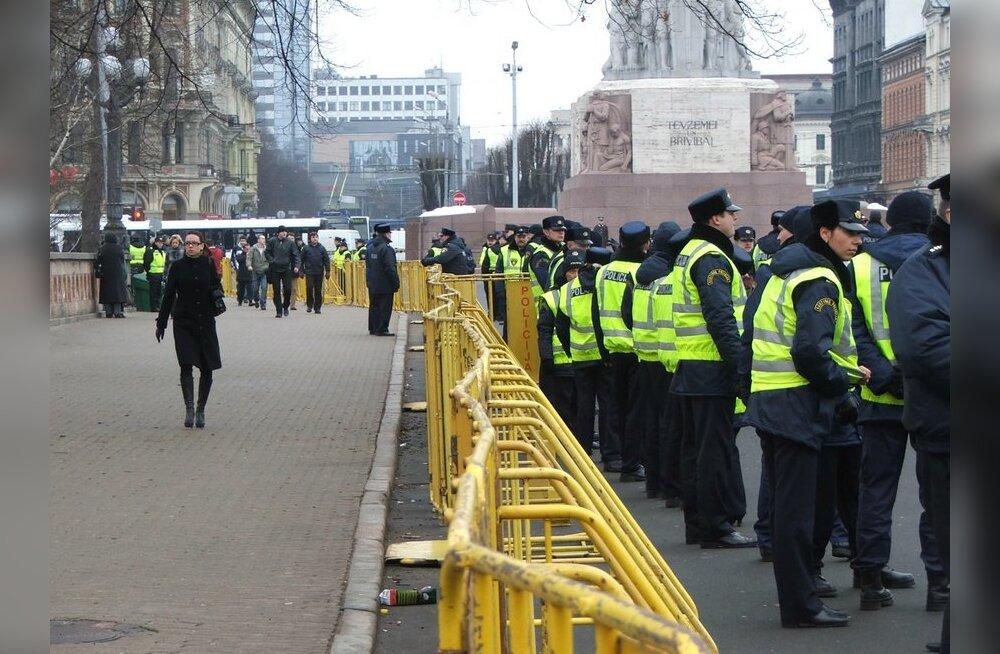 Riia politsei eraldas vabadussamba ümbruse metalltõketega