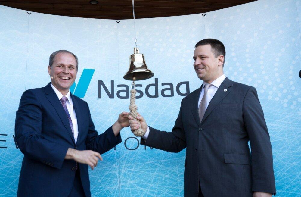 Tallinna Sadama juhatuse esimees Valdo Kalm (vasakul) ja peaminister Jüri Ratas helistasid mullu suvel sadama börsilemineku puhul kella.