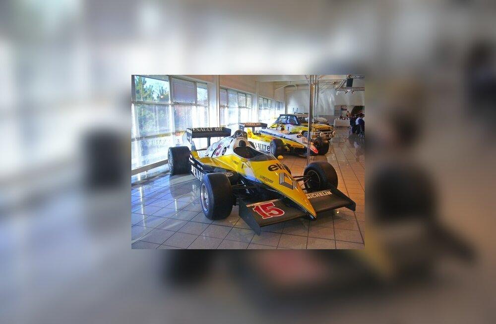 Команда Формулы-1 Renault зовет болельщиков в гости