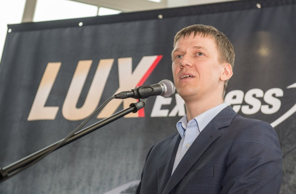 Hannes Saarpuu Lux Express Lounge'i busse tutvustamas.