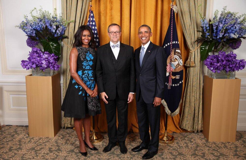 KLÕPS: Kõrvuni ulatuvate naerusuudega Obamade vahele pressitud Toomas Hendrik Ilves jäi enda muigega tagasihoidlikuks